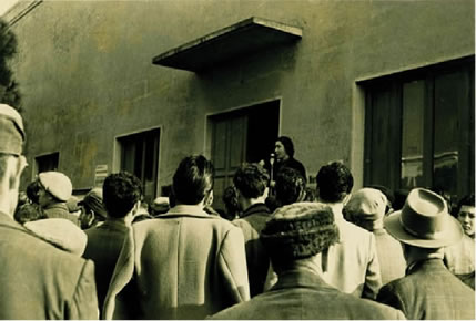 """Comizio di una rappresentante de """"Le amiche dei minatori"""" (anni Cinquanta)"""