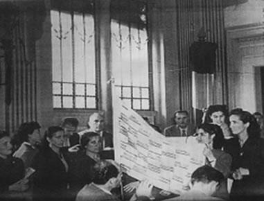 Le Amiche dei minatori di Ribolla, invitate al primo convegno nazionale della FILIE (Pesaro, 23-26 ottobre 1952), portano in dono la bandiera della pace. È riconoscibile Finisia Fratiglioni sulla destra