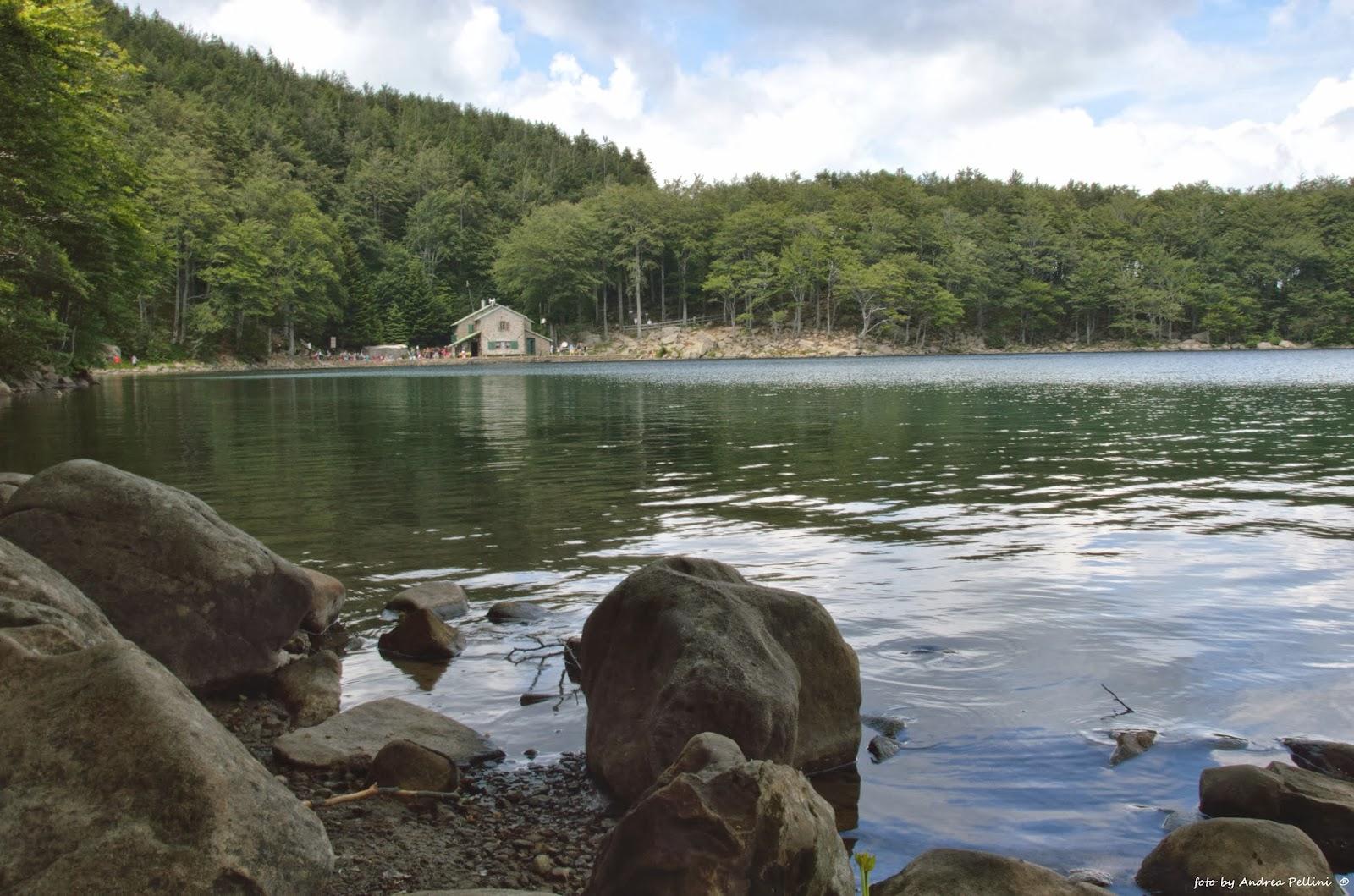 Immagine del Lago Santo parmense. Sullo sfondo il rifugio Mariotti dove si svolse la battaglia