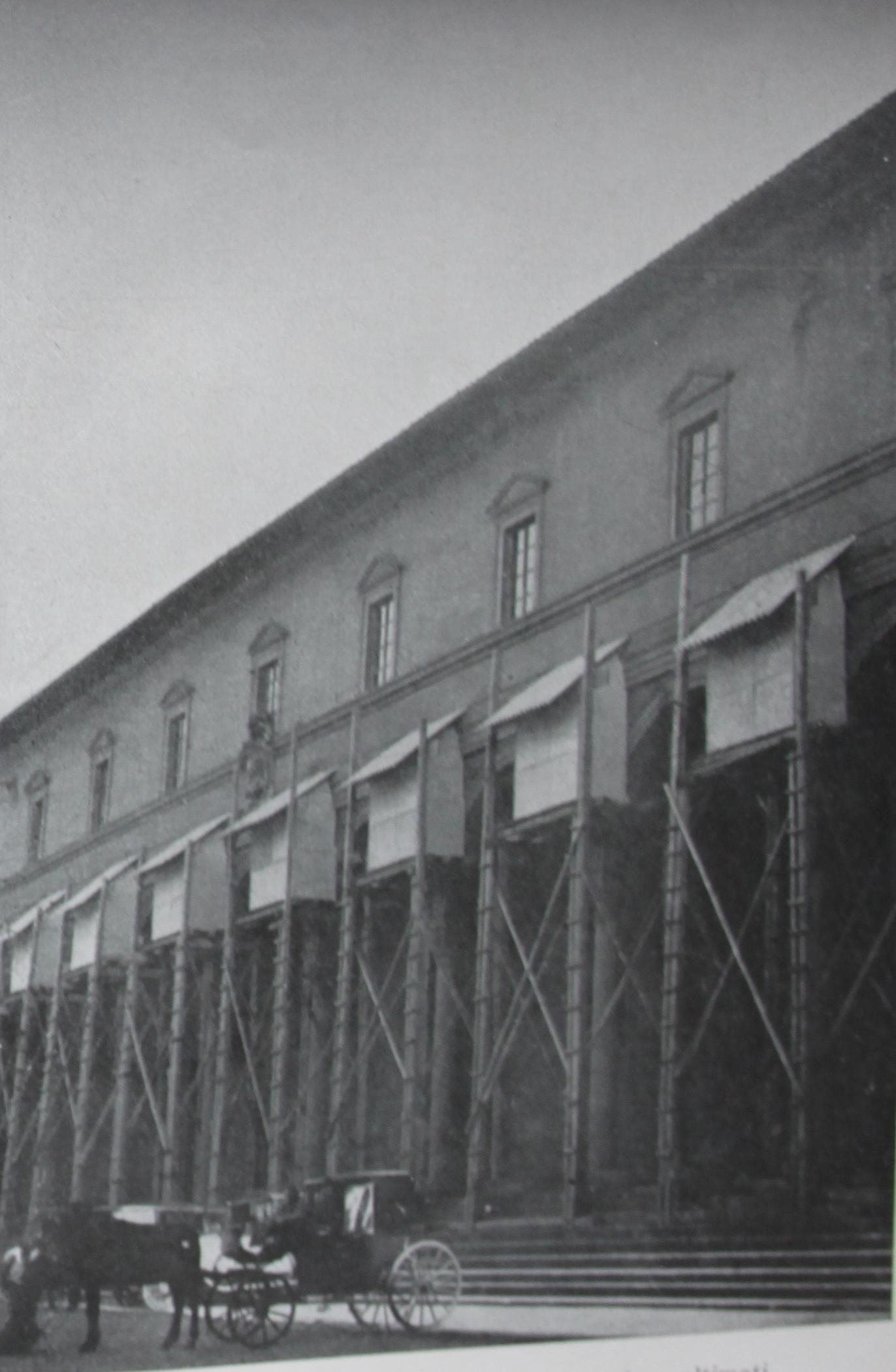 Ospedale degli Innocenti. Armature per la protezione dei tondi di Luca della Robbia e la loggia a lavori di protezione ultimata, da