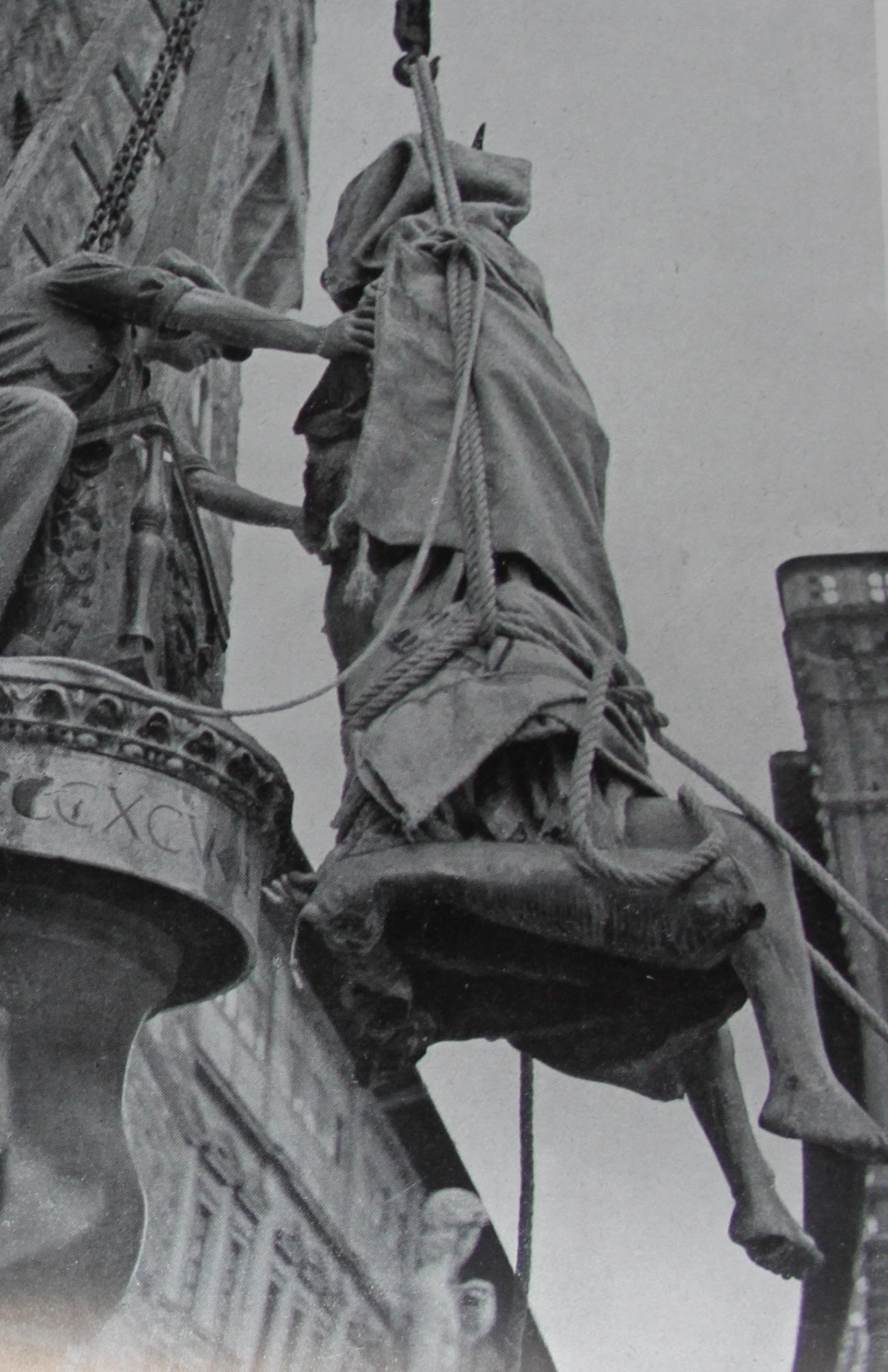 Piazza della Signoria. Particolari della rimozione della Giuditta di Donatello, da