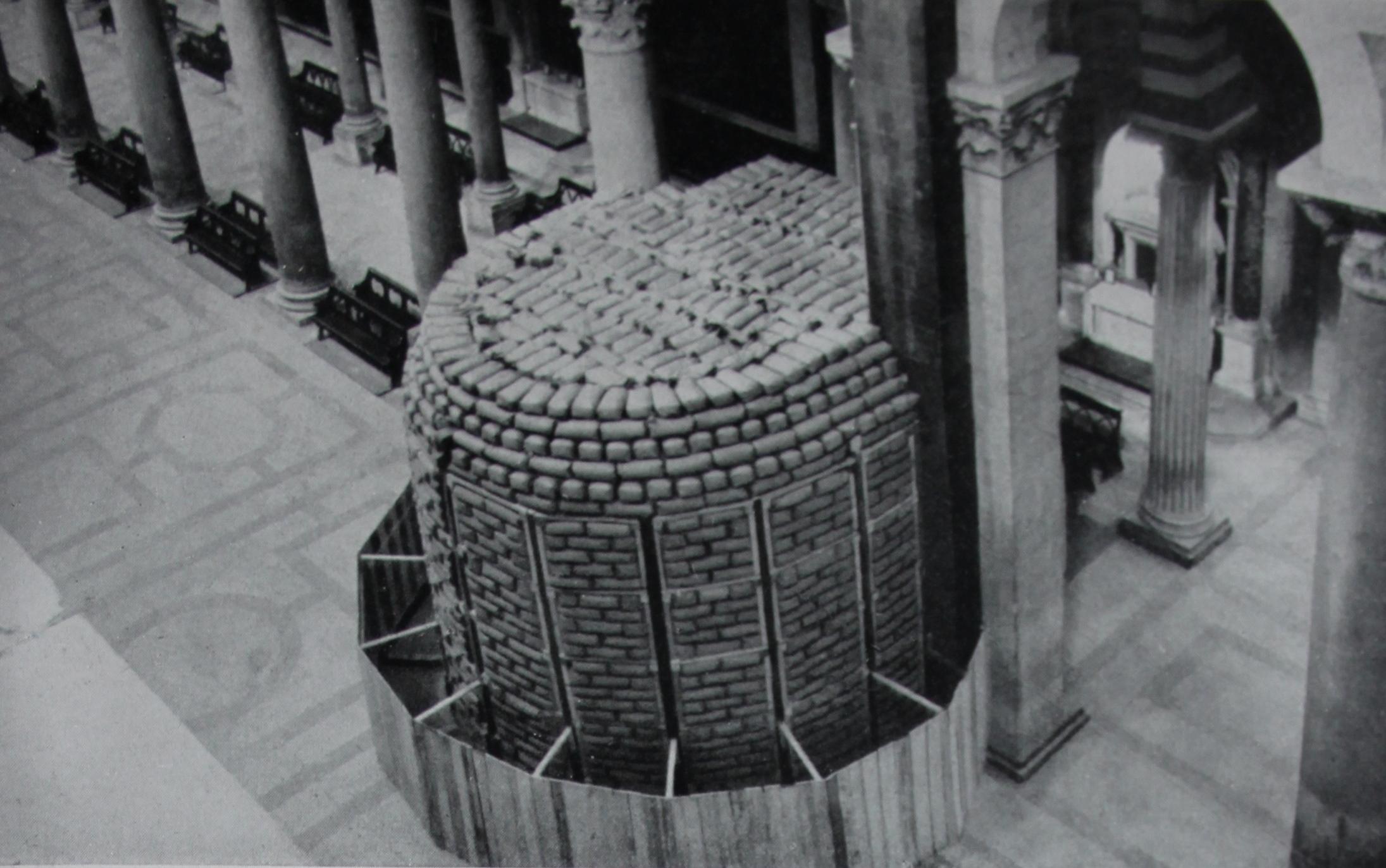 Protezione del pulpito di Giovanni Pisano nel duomo di Pisa, da