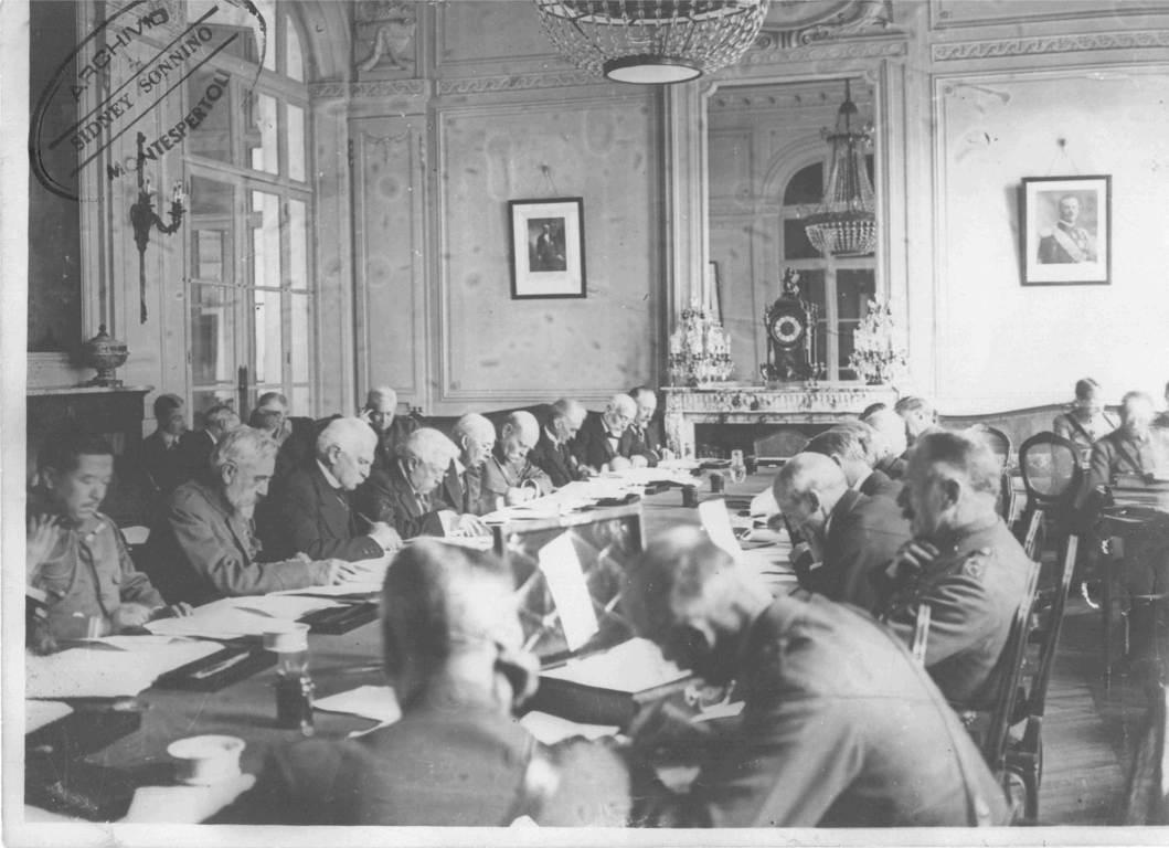 Sidney Sonnino e Vittorio Emanuele Orlando (rispettivamente il terzo e il quarto a sedere da sinistra) nel 1919 alla Conferenza di Pace di Parigi. (Gentile concessione dell'Archivio Sidney Sonnino di Montespertoli)