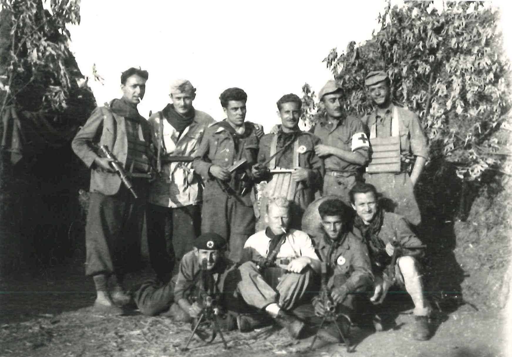 Gracci – in alto a destra – con altri partigiani della Brigata Sinigaglia a Monte Scalari, estate 1944