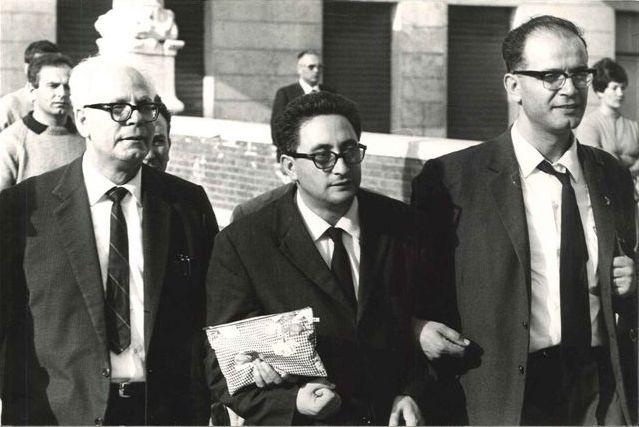 Gracci – sulla destra – accanto a Vincenzo Misefari di Reggio Calabria e Salvatore Puglisi di Spezzano Albanese durante una manifestazione a Livorno in occasione della fondazione del Pcd'I (m-l), 16 ottobre 1966.