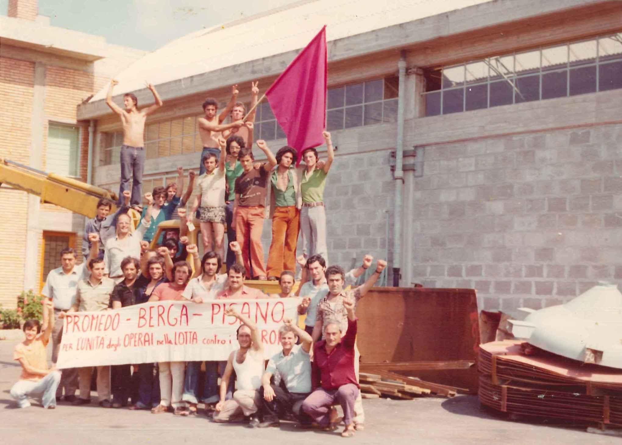 Gracci con l'amico Matteo Visconti, altri militanti marxisti-leninisti e alcuni operai durante l'occupazione della fabbrica Berga Sud di Salerno, luglio 1974.