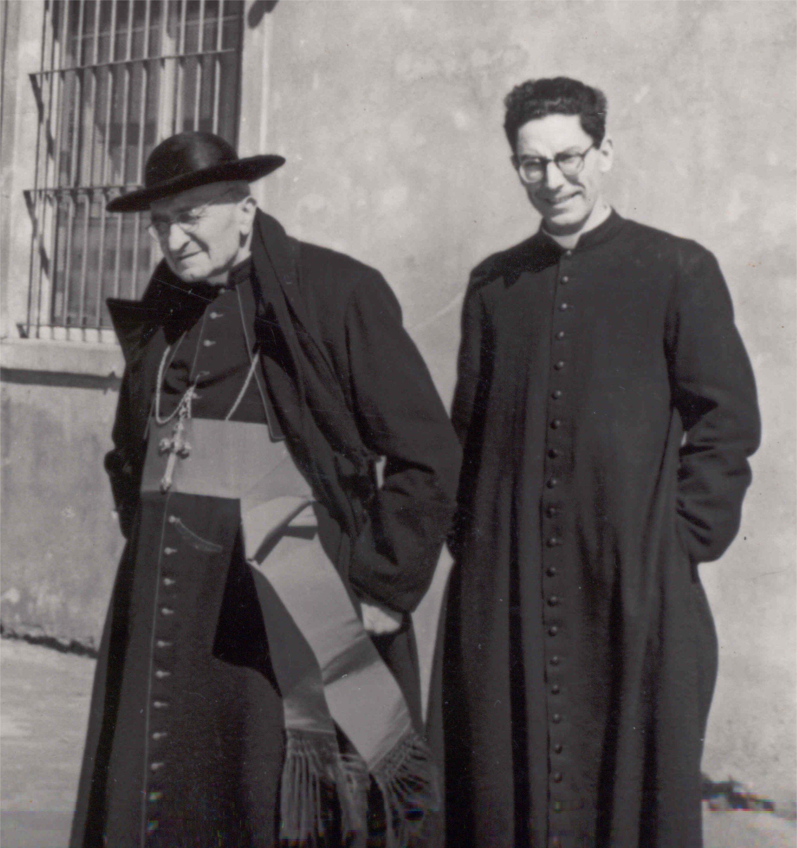 Monsignor Giovanni Piccioni e don Angeli (Archivio Centro Studi R. Angeli)