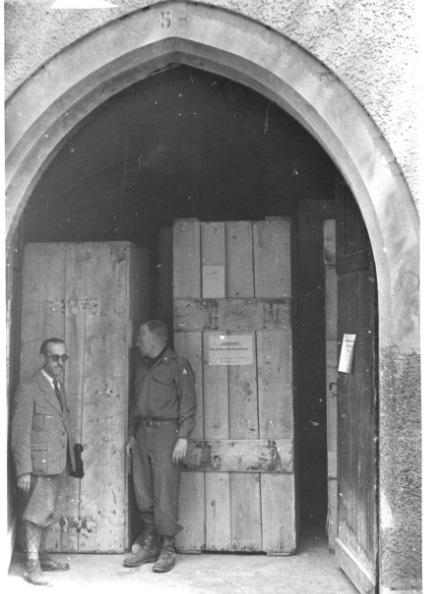 Alto Adige, Campo Tures, Castello di Neumelans. Filippo Rossi e Deane Keller davanti alle opere del Bargello, maggio-giugno 1945