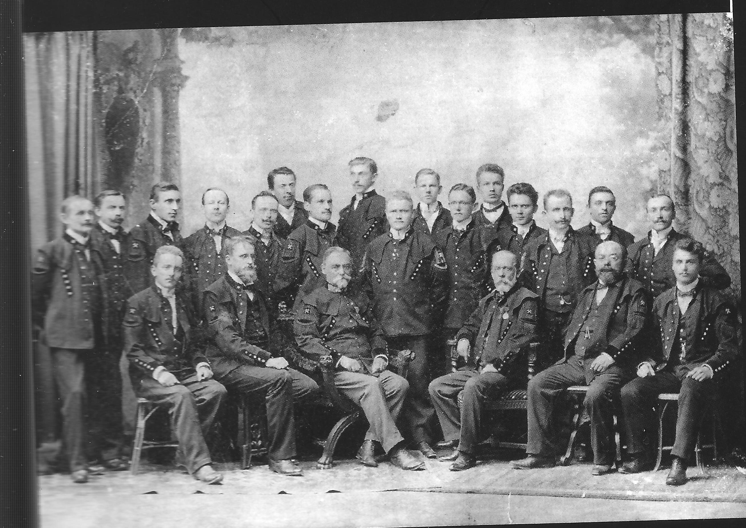 Primi anni del Novecento. Dirigenti e tecnici tedeschi delle Miniere di Mercurio di Abbadia San Salvatore. Carl Buckart è il più alto, ottavo in piedi da sinistra