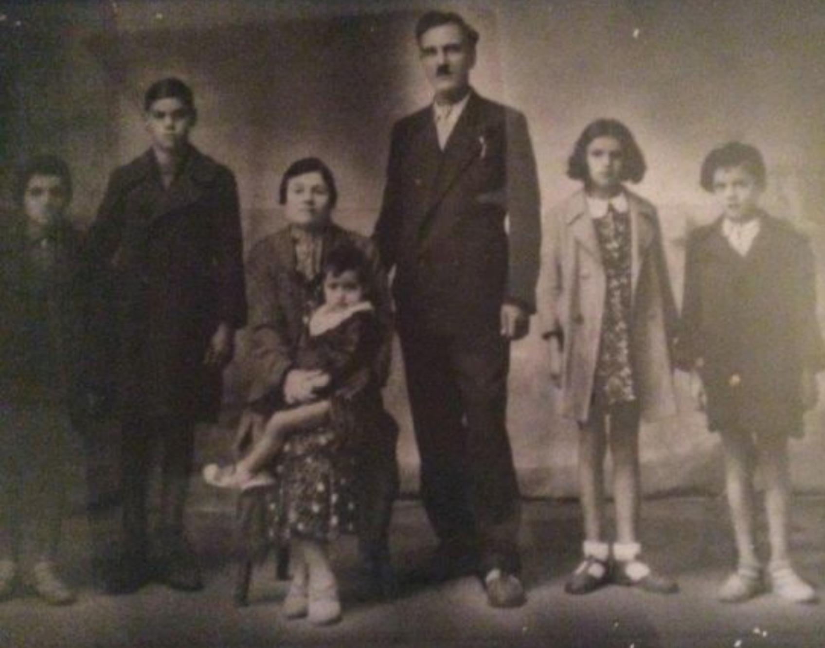 La famiglia Cittone, con tutti i suoi componenti, in una foto d'epoca. Sol Cittone e  la seconda da destra.