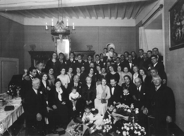 La famiglia Bemporad. Israele è il quinto da destra in alto.