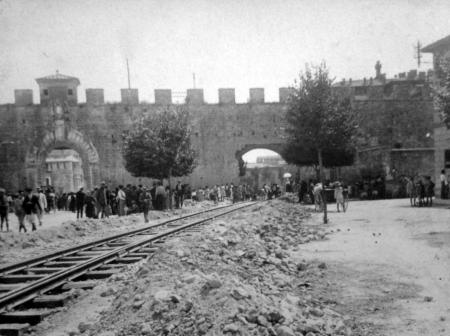 Il varco aperto nelle mura su piazza Duomo per facilitare il trasporto dei feriti dal fronte all'ospedale Santa Chiara (Collezione privata)