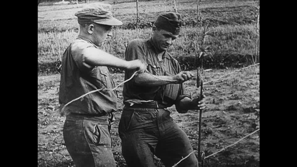 """Militari nazisti stendono lo Stacheldraht (""""filo spinato"""")"""