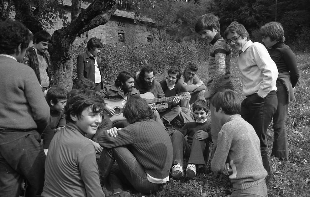 """""""Ritrovarsi con i canti"""". Monte San Michele (Greve in Chianti), ottobre 1972"""