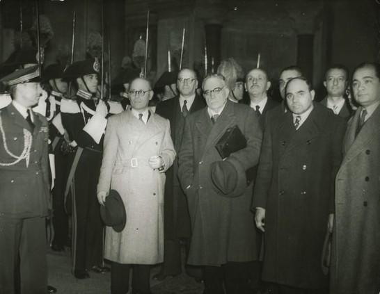 22 dicembre 1947: i componenti dell'Assemblea Costituente presentano al Presidente della Repubblica Enrico De Nicola il risultato del proprio lavoro, la nuova carta costituzionale della Repubblica Italiana. Il secondo da destra è Leonetto Amadei. (Archivio fotografico Camera dei Deputati)