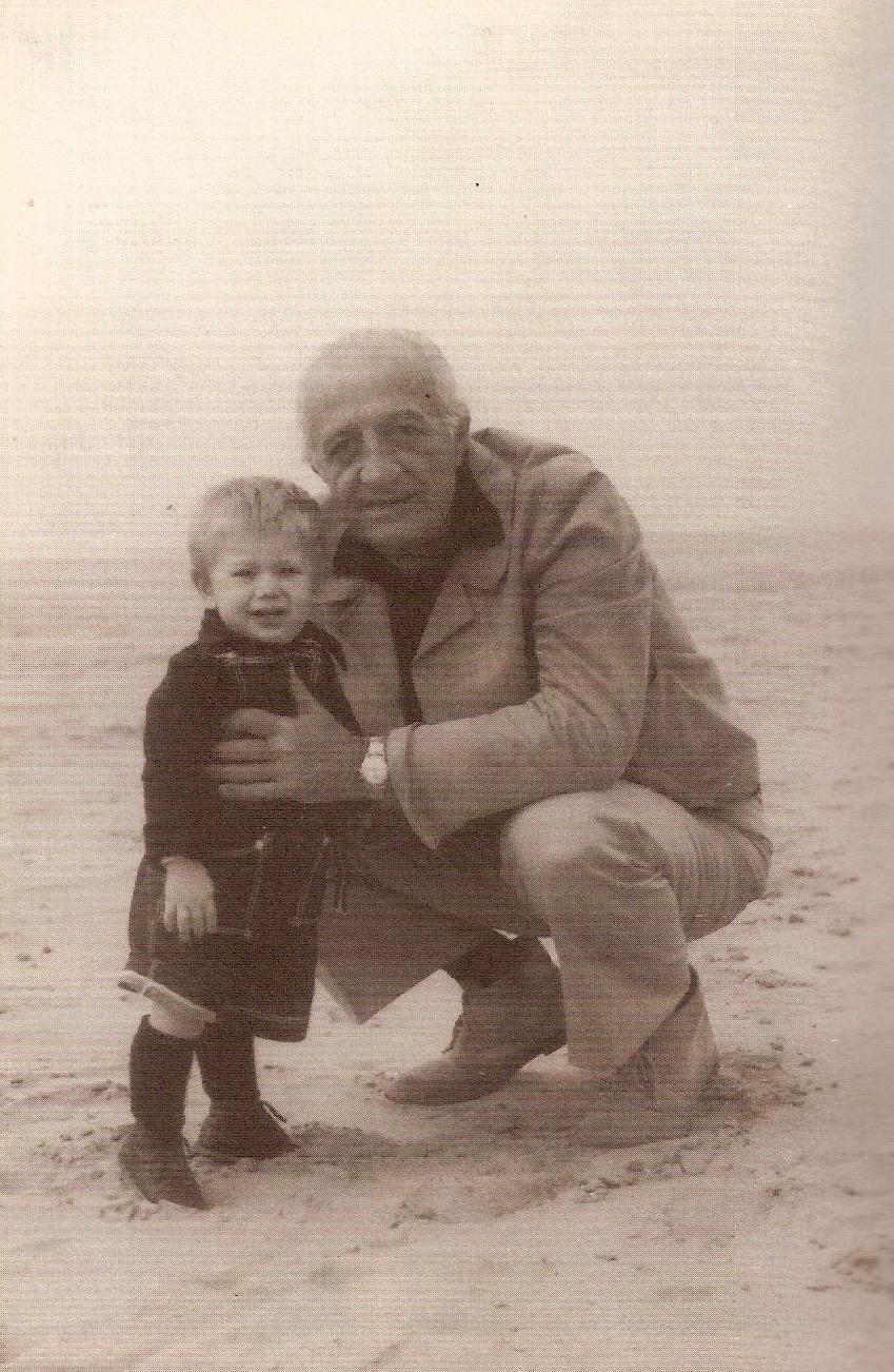 1977: Leonetto ritratto assieme al nipotino Pietro sulla spiaggia della Versilia. (Leonetto Amadei. L'esemplare linearità, Mauro Baroni, 2000)
