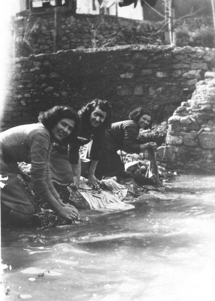 4-giovani-donne-a-lavare-panni-e-indumenti-nel-bisenzio