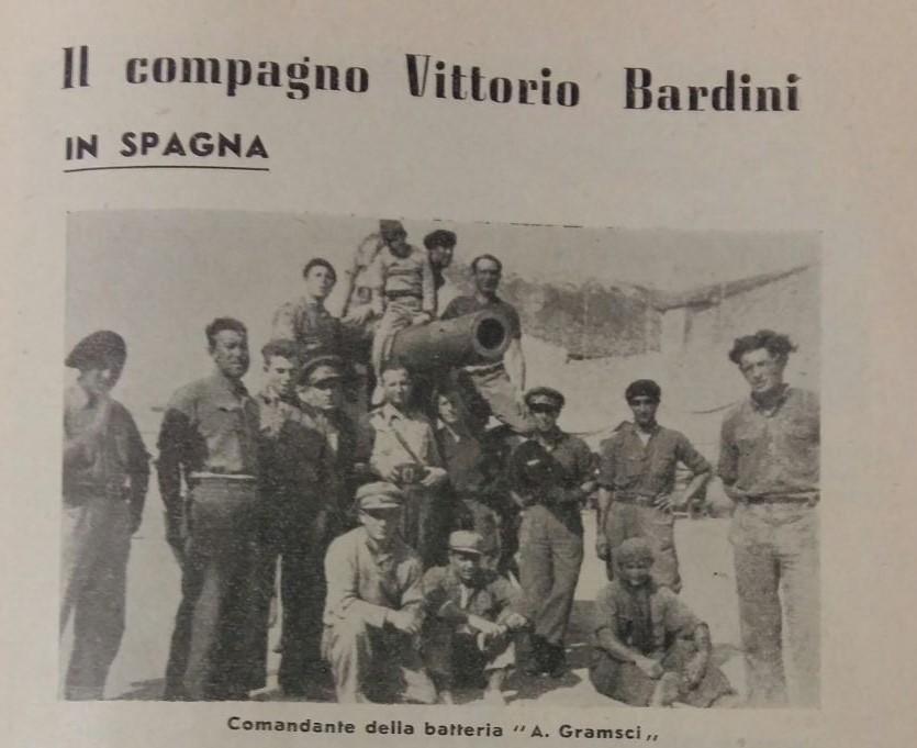Bardini (al centro della foto sotto il ragazzo seduto sul cannone) in Spagna negli anni della guerra civile