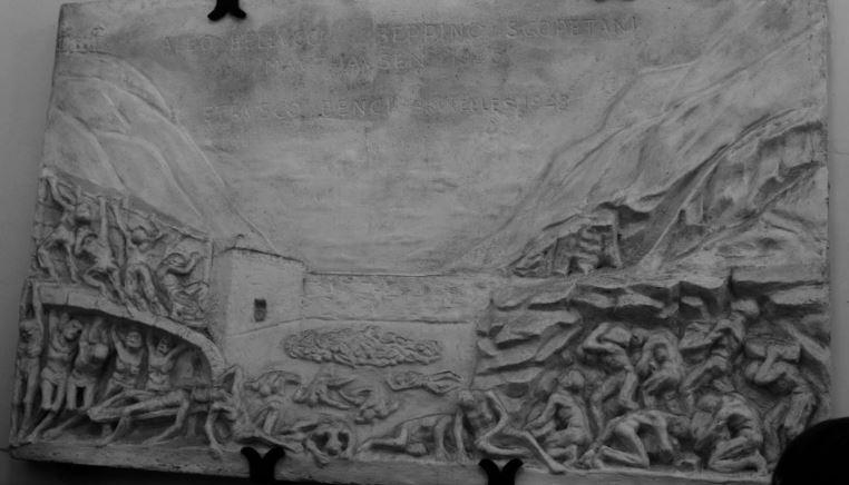 Il bassorilievo di Tolomeo Faccendi, commissionato da Tullio Mazzoncini, donato al Comune nel 2008 e oggi esposto nell'atrio del Municipio