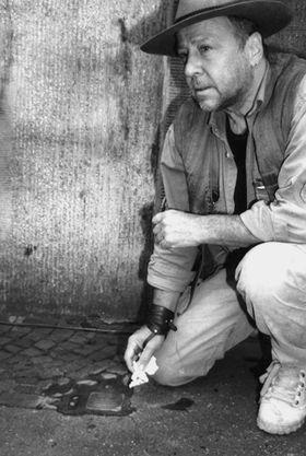 L'artista Gunter Demnig (foto di Karin Richert, tratta da www.stolpersteine.eu)