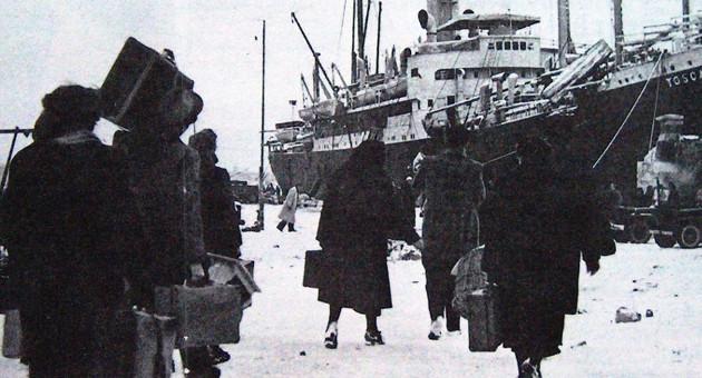 """Febbraio 1947: esuli italiani in partenza da Pola s'imbarcano sul piroscafo """"Toscana"""", diretti verso la penisola."""