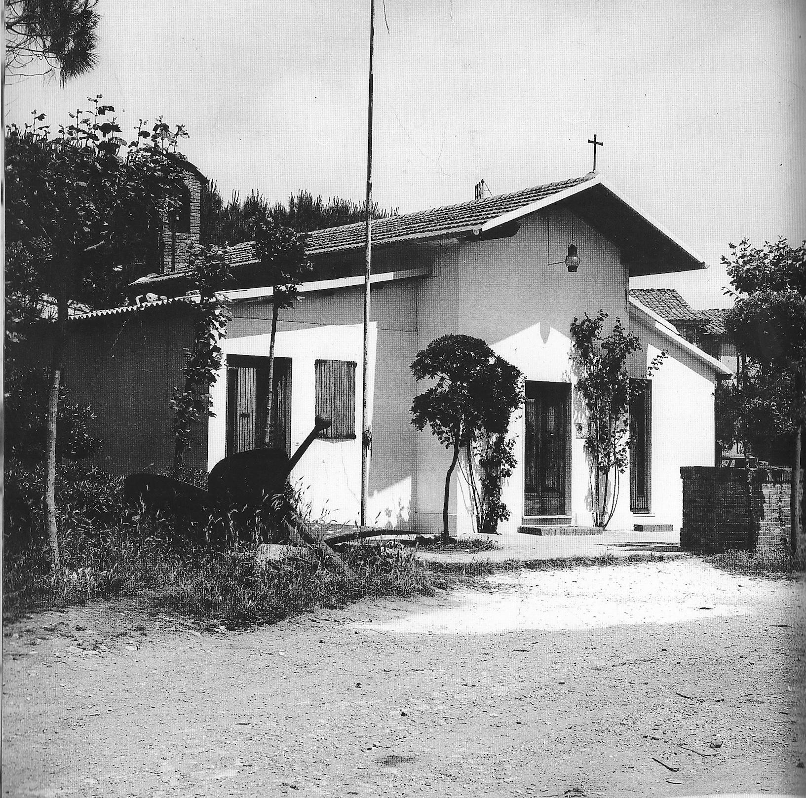 """Darsena viareggina: la """"Chiesina del Porto"""" (o """"Chiesina dei Pescatori"""") subito dopo la ristrutturazione del 1961, realizzata per mano dello stesso don Politi."""