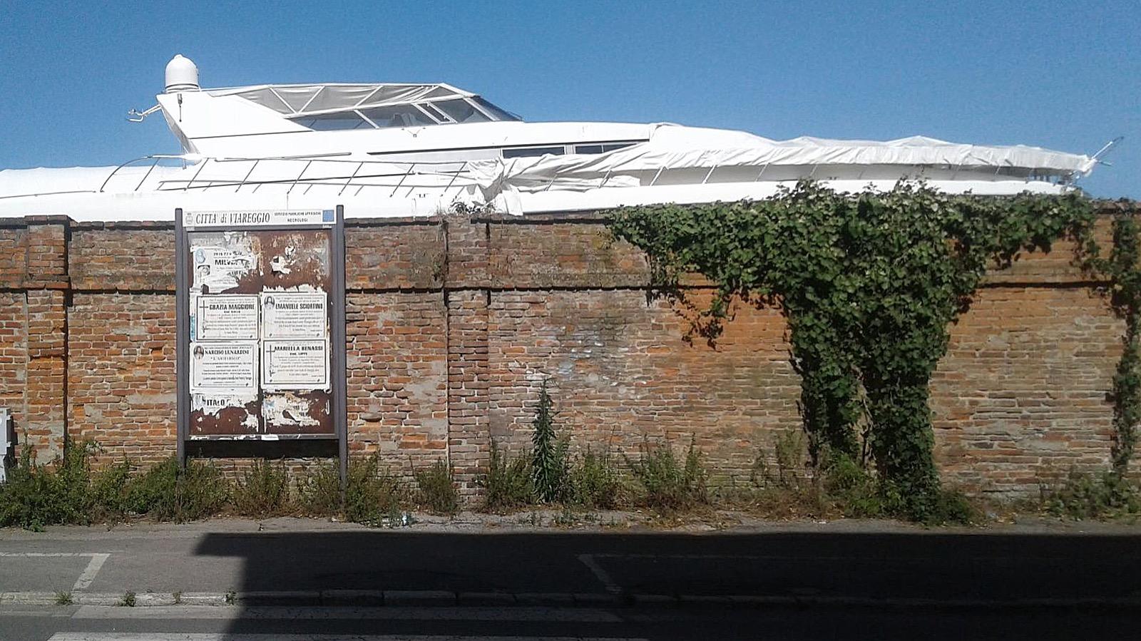 Il vecchio muro della F.E.R.V.E.T. di Viareggio, che nel luglio 1961 don Sirio Politi osò scavalcare per andare a celebrare messa con gli operai in sciopero.