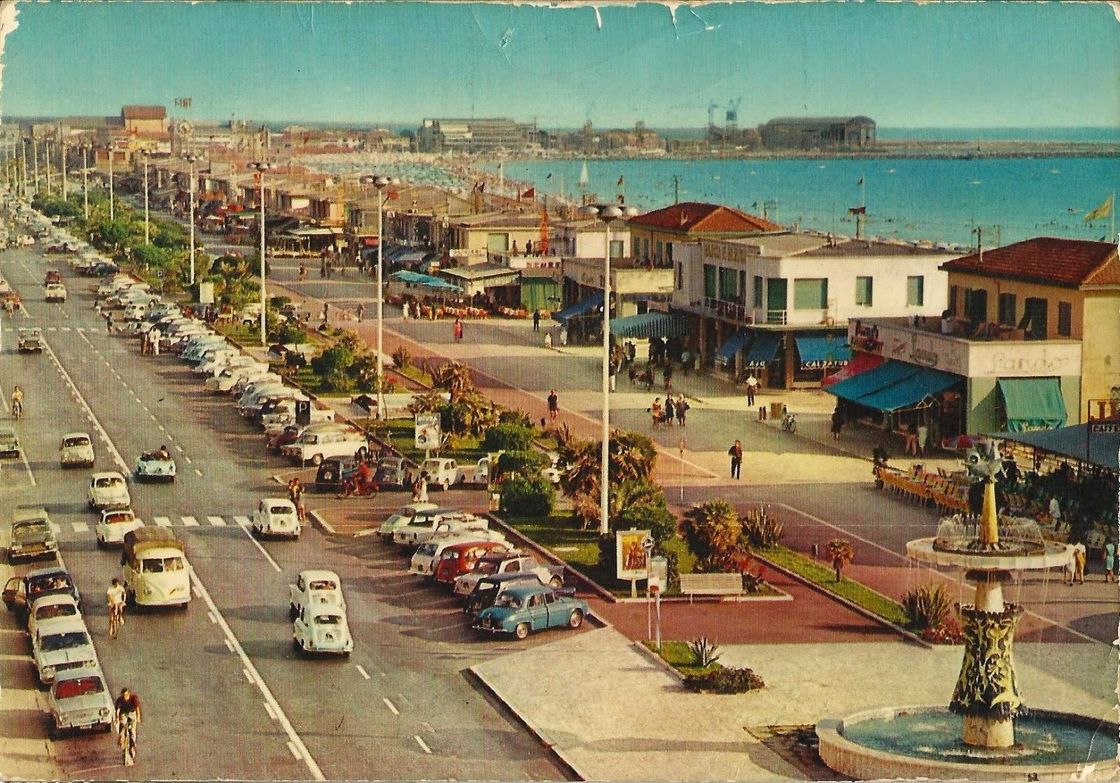 Un'immagine del Lungomare viareggino in pieno boom economico: sullo sfondo, i cantieri della Darsena.