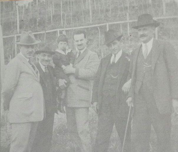 Armando Angelini con il figlioletto Piero. Sulla destra, Giulio Paiotti con un prelato