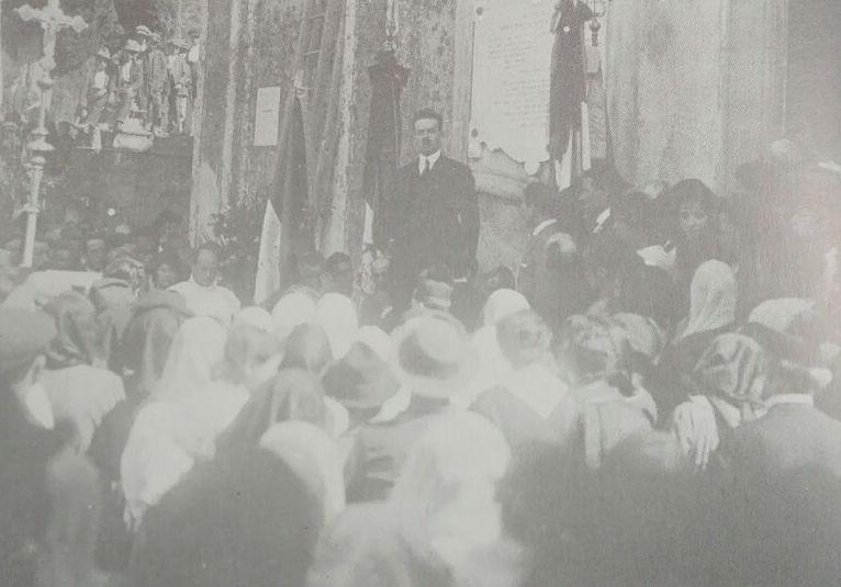 Anni '20: un affollato comizio popolare dell'onorevole Angelini.