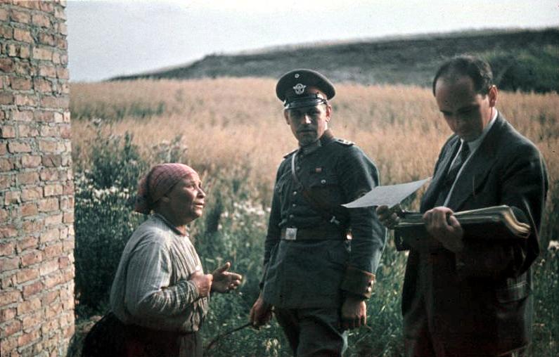 Bundesarchiv_R_165_Bild-244-71,_Dr._Robert_Ritter_mit_alter_Frau_und_Polizist