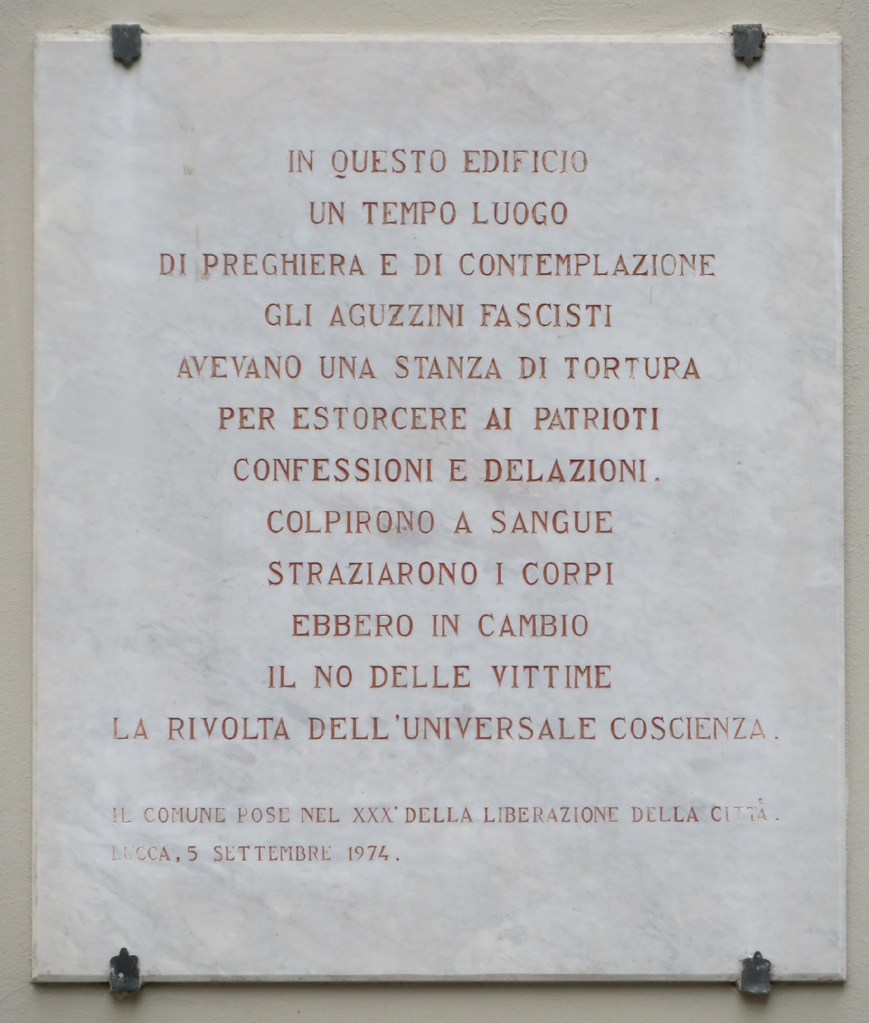 Targa commemorativa apposta all'ingresso della ex-caserma di S.Agostino (Lucca), sede dell'Upi