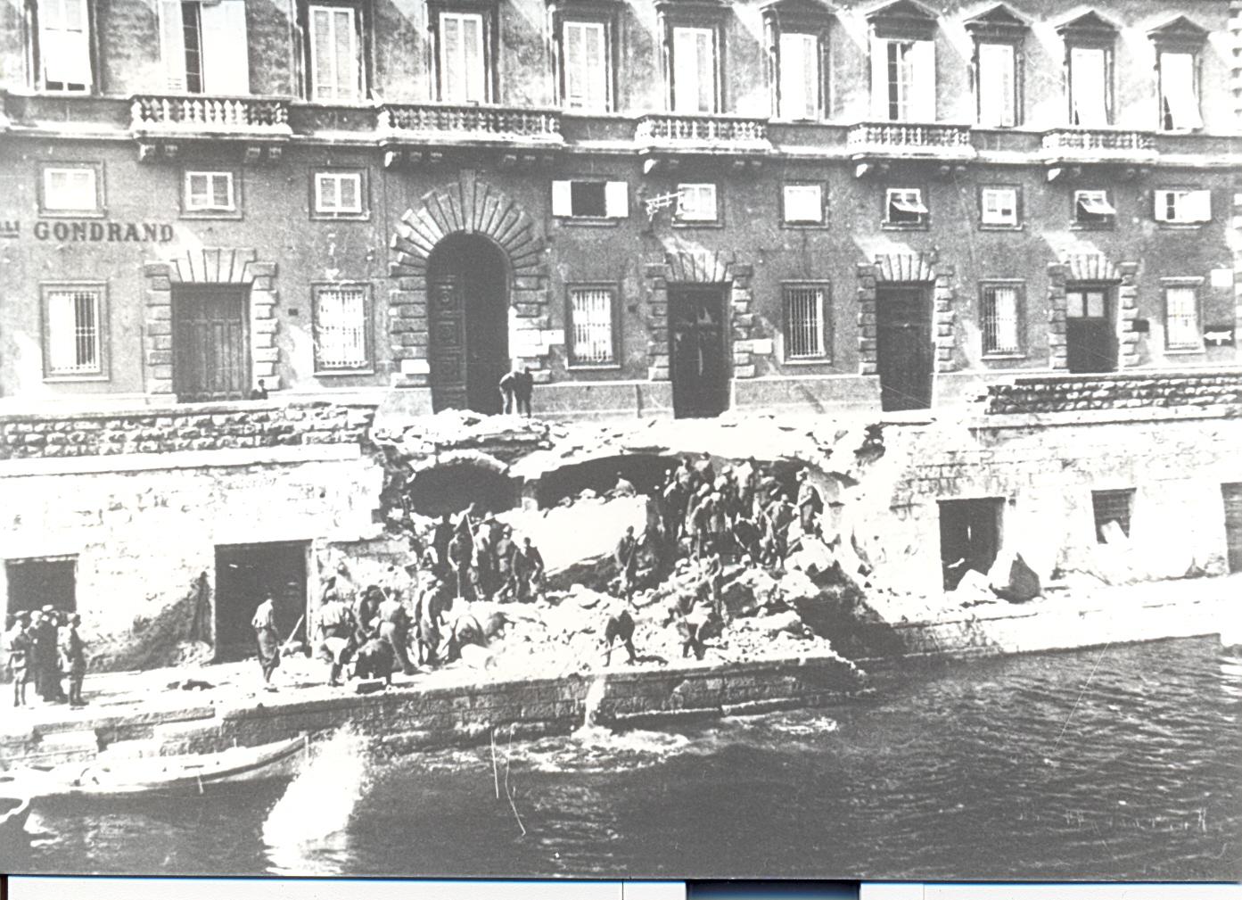 Un rifugio sugli Scali D'Azeglio bombardato (Fondo fotografico Sandonnini: Istoreco, Livorno)