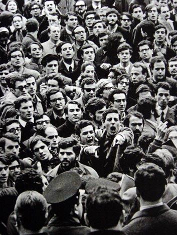 Roma, febbraio 1968, manifestazione di studenti davanti alla Facolta' di lettere