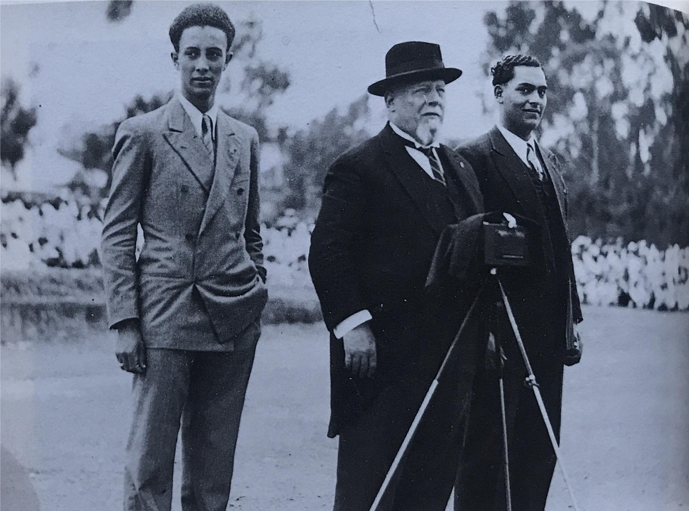 Alberto Pollera  con i figli Giorgio ( a sinistra) e Gabriele (a destra) Foto in: Barbara Sòrgoni, Etnografia e colonialismo. L'Eritrea e l'Etiopia di Alberto Pollera 1873-1939