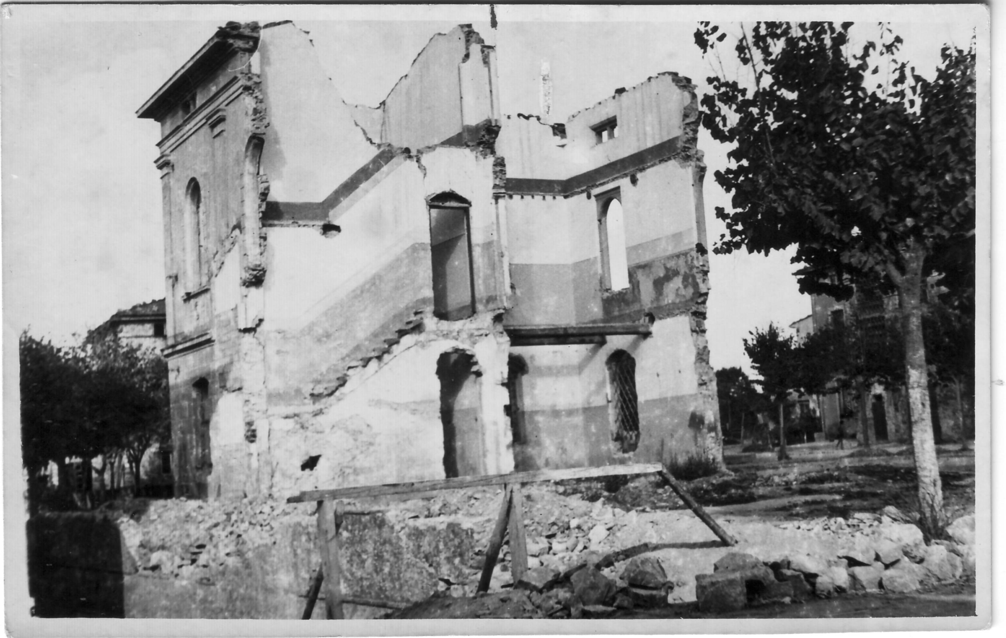 """Le scuole elementari di Nozzano Castello dopo la loro distruzione ad opera dei soldati della VI Panzergrenadier Division """"Reichsführer-SS"""" (Agosto 1944)"""