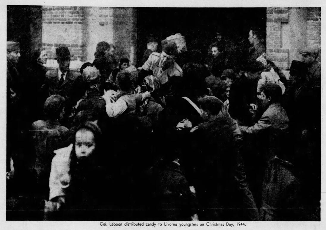 Il colonello John F. Laboon distribuisce dolci ai giovani livornesi, Natale 1944